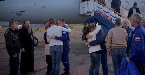 Placeholder - loading - Imagem da notícia Tripulantes de espaçonave fazem pouso de emergência após falha de foguete russo