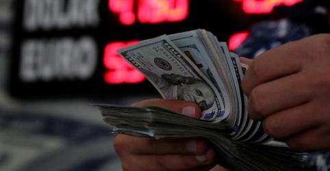Dólar segue exterior, tem correção e sobe ante real