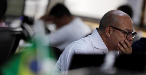 Placeholder - loading - Imagem da notícia Bovespa firma-se em queda após bater recorde; investidor espera de detalhes do novo governo