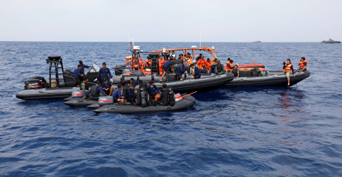 Placeholder - loading - Imagem da notícia Indonésia envia mergulhadores e localizadores para procurar caixas-pretas de avião no mar