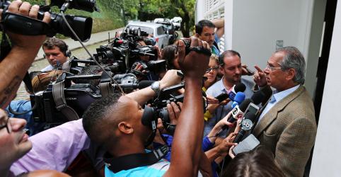 Placeholder - loading - Imagem da notícia Guedes admite usar reservas internacionais em caso de dólar em torno de R$5