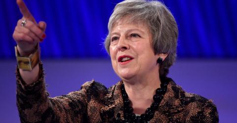 Theresa May promete manter acordo do Brexit e oponentes ameaçam desafiar sua liderança