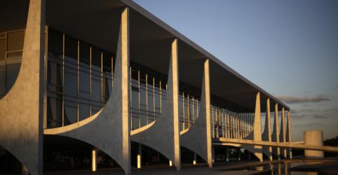Placeholder - loading - Imagem da notícia Filho de Bolsonaro pode chefiar Secretaria de Comunicação, diz novo ministro