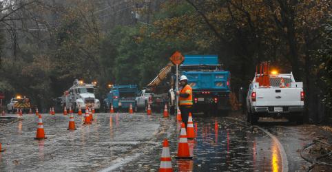 Placeholder - loading - Imagem da notícia Primeira chuva em meses contém incêndio na Califórnia, mas cria risco de deslizamentos