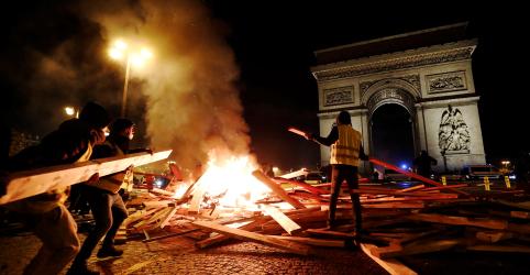 Placeholder - loading - Macron reage a revolta contra aumento do diesel após protestos violentos em Paris