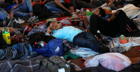 Placeholder - loading - Imagem da notícia Imigrantes centro-americanos permanecem na fronteira dos EUA apesar das más condições