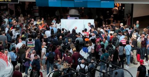 Placeholder - loading - Milhares de passageiros enfrentam espera em aeroporto de Londres por presença de drones