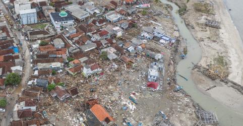 Placeholder - loading - Imagem da notícia Equipes de resgate da Indonésia enfrentam chuvas a caminho de vilarejos atingidos por tsunami