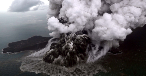Placeholder - loading - Imagem da notícia Indonésia orienta aviões a passarem longe de erupção do vulcão Anak Krakatau