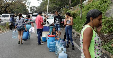 Placeholder - loading - Imagem da notícia Venezuelanos enfrentam dificuldades com água e comida por blecaute; exportação de petróleo é interrompida