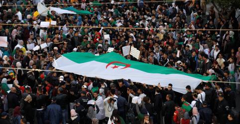 Placeholder - loading - Imagem da notícia Milhares exigem mudanças rápidas na Argélia após concessões de Bouteflika