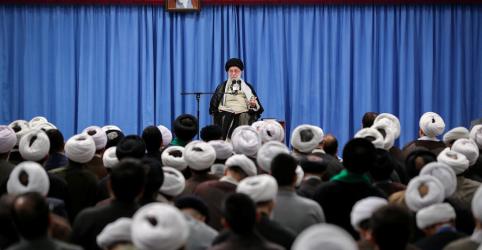 Placeholder - loading - Imagem da notícia Khamenei diz que Irã deveria desistir de ajuda da Europa contra sanções dos EUA