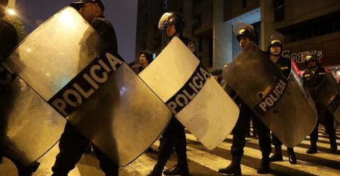 Placeholder - loading - Imagem da notícia Forças Armadas e polícia do Peru declaram apoio a Vizcarra após suspensão do Congresso