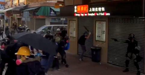 Placeholder - loading - Polícia de Hong Kong atira em manifestante com arma de fogo, em escalada da violência