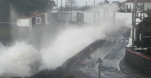 Placeholder - loading - Furacão Lorenzo atinge os Açores e provoca falta de energia