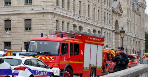 Placeholder - loading - Imagem da notícia Funcionário da polícia de Paris mata 4 pessoas a facadas em quartel