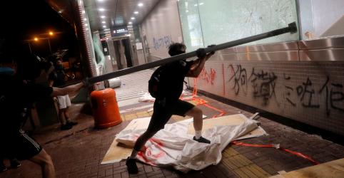 Soldados chineses em Hong Kong fazem alerta a manifestantes em meio a agitações