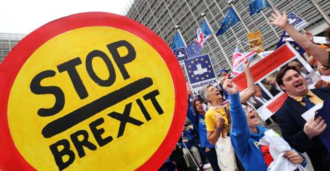 Ativistas anti-Brexit clamam vitória após adiamento de decisão de tribunal escocês
