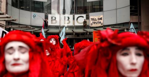 Placeholder - loading - Imagem da notícia Ativistas contra a mudança climática interditam sede da BBC em Londres