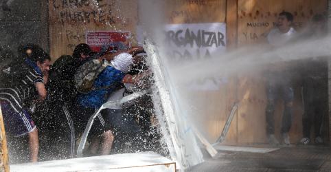Placeholder - loading - Imagem da notícia Piñera pede 'perdão' e anuncia medidas sociais para conter protestos no Chile