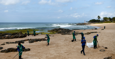 Placeholder - loading - Imagem da notícia Os mistérios em torno do petróleo que chega às praias do Nordeste