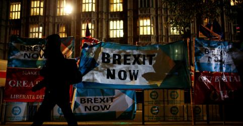 Placeholder - loading - Imagem da notícia Parlamentares britânicos aprovam primeira etapa de projeto de eleição antecipada
