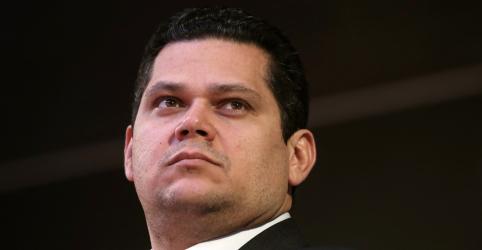 É absurdo agente político fazer incitação antidemocrática, diz Alcolumbre sobre fala de Eduardo
