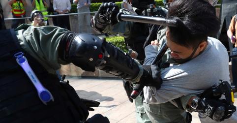 Placeholder - loading - Imagem da notícia Manifestantes interditam universidades e bairro comercial em meio a caos em Hong Kong