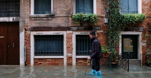 Veneza sofre com alagamentos de segunda maior enchente da história
