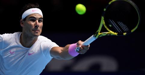 Placeholder - loading - Imagem da notícia Nadal vence Tsitsipas, mas terá de aguardar para saber se vai à semifinal do ATP Finals