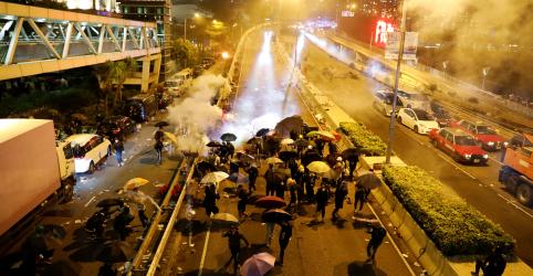 Manifestantes fazem fuga dramática durante protesto em universidade de Hong Kong
