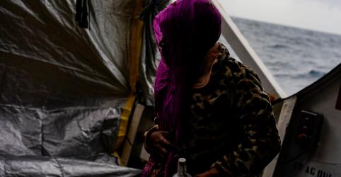 Placeholder - loading - Imagem da notícia Navio de resgate espanhol vaga na costa da Itália com 62 imigrantes africanos a bordo