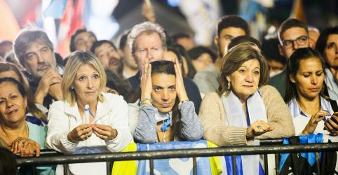 Candidato conservador tem pequena vantagem em eleição no Uruguai, mas disputa acirrada adia resultado