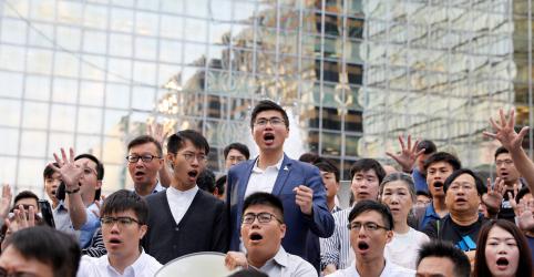 Vitória esmagadora de candidatos pró-democracia em eleição pressiona líder de Hong Kong