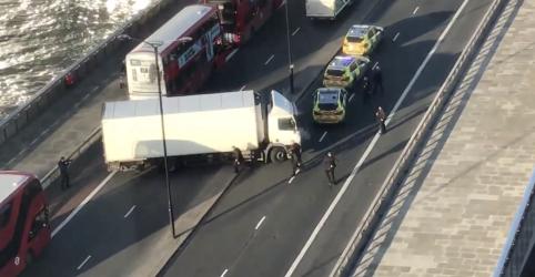 Placeholder - loading - Polícia britânica atira em homem na London Bridge após ataque com faca, diz fonte