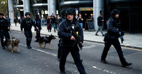 Placeholder - loading - Imagem da notícia Polícia mata homem munido de faca na London Bridge após ataque