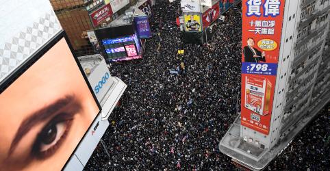 Incêndio diante de tribunal marca protesto 'pacífico em geral' em Hong Kong, diz polícia