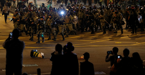 """Placeholder - loading - Imagem da notícia """"Não importa que seja Natal"""", dizem ativistas de Hong Kong após novo confronto"""