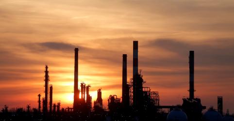 Placeholder - loading - Imagem da notícia Preços do petróleo cravam maior alta anual desde 2016