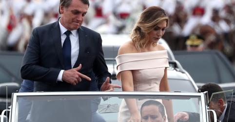 Placeholder - loading - Imagem da notícia Bolsonaro desfila em carro aberto acompanhado de esposa e filho