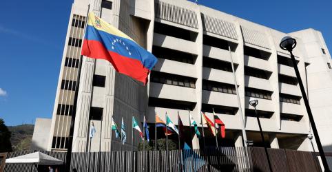 Placeholder - loading - Imagem da notícia Ex-juiz da Suprema Corte da Venezuela foge para os EUA e denuncia Maduro