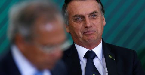 Placeholder - loading - Imagem da notícia Guedes conhece 'muito mais' de economia, mas sei 'um pouco mais de política', diz Bolsonaro