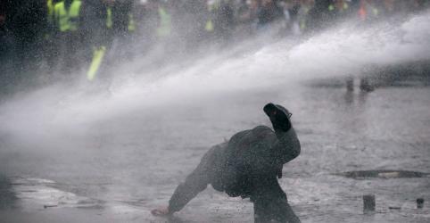 Placeholder - loading - Novos protestos de 'coletes amarelos' em Paris enfrentam jatos de água e gás lacrimogêneo da polícia
