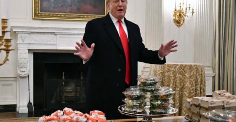Hambúrgueres à luz de velas: Trump serve fast-food para campeões de futebol americano universitário