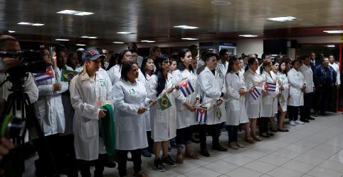 Venezuela receberá 2 mil médicos cubanos que deixaram o Brasil, diz Maduro