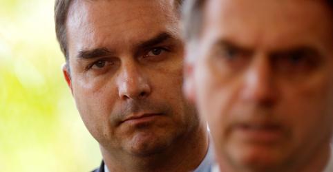 Placeholder - loading - Imagem da notícia Bolsonaro defende Flávio e diz que 'pressão' sobre filho é para tentar atingi-lo