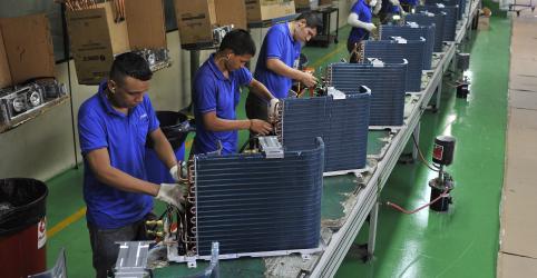 Placeholder - loading - Imagem da notícia Produção industrial no Brasil cresce em dezembro, mas perde força em 2018
