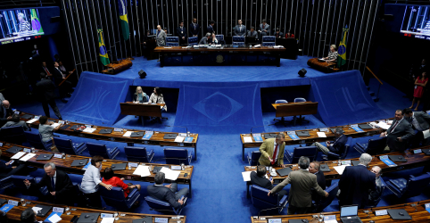 Em sessão tensa, Senado suspende para sábado escolha do presidente da Casa
