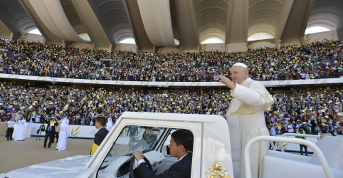 Dezenas de milhares lotam estádio para primeira missa papal na Península Arábica