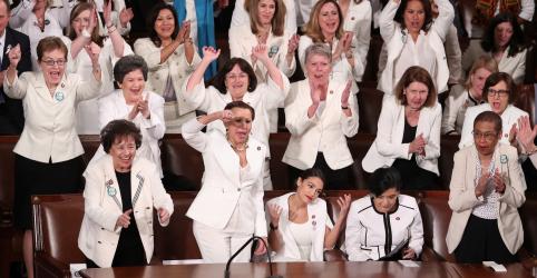 Placeholder - loading - Imagem da notícia De branco, deputadas democratas protestam durante discurso de Trump no Congresso